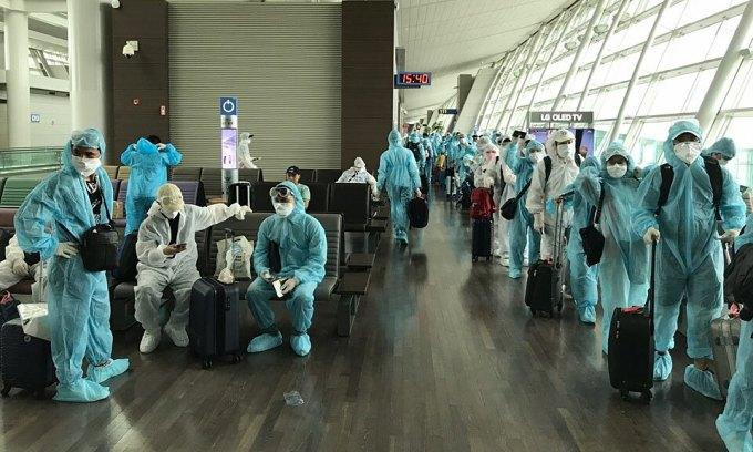 Công dân Việt Nam tại sân bay Hàn Quốc trước khi về nước hôm nay. Ảnh: Bộ Ngoại giao