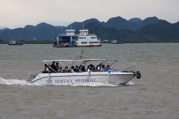 Tàu thuyền, phà khẩn trương đưa khách tham quan du lịch đảo Cát Bà trở lại đất liền, tránh trú bão. Ảnh: Giang Chinh