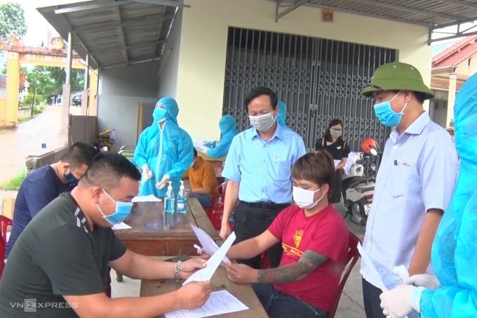 Ông Võ Văn Hưng (phải), Chủ tịch UBND tỉnh Quảng Trị kiểm tra hoạt động phòng dịch Covid-19 tại chốt kiểm soát phía nam tỉnh Quảng Trị. Ảnh: Hoàng Táo