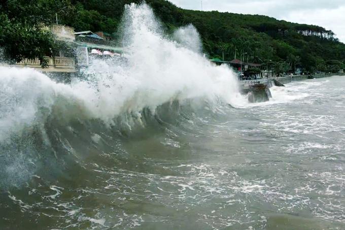 Ngày 1/8, bão số 2 chưa vào, biển Đồ Sơn động dữ dội, sóng lớn đánh vào bờ kè tạo thành những cột sóng nước cao tới 6m. Ảnh: Giang Chinh