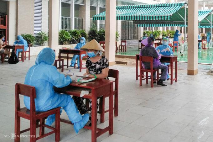 Người dân khu vực phong toả xung quanh ba bệnh viện ở Đà Nẵng được lấy mẫu xét nghiệm, ngày 31/7. Ảnh: Hữu Nhật.