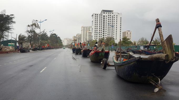 Ngư dân Sầm Sơn đưa thuyền bè và ngư lưới cụ lên bờ tránh bão. Ảnh: Lê Hoàng.