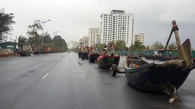 Hàng trăm chiếc thuyền bè của ngư dân Sầm Sơn được chuyển lên đường Hồ Xuân Hương. Ảnh: Lê Hoàng.