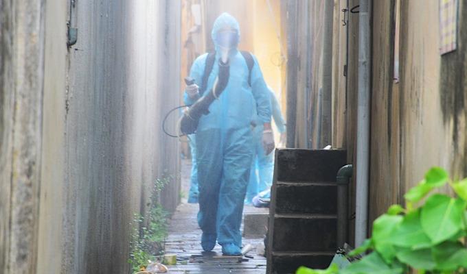Bộ đội phun hóa chất khử trùng trong ngõ nhỏ ở Hội An. Ảnh: Hà My