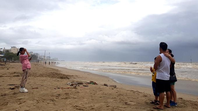 Nhiều du khách sáng nay vẫn ra chơi ngoài bờ biển Sầm Sơn khiến lực lượng chức năng vất vả đi nhắc nhở, yêu cầu vào nơi tránh trú. Ảnh: Lê Hoàng.