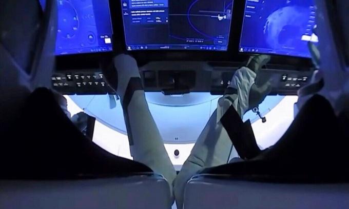 Phi hành gia Bob Behnken và Doug Hurley trở về Trái Đất trên tàu Crew Dragon. Ảnh: NASA.