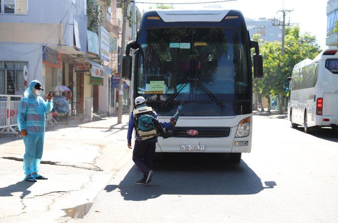 Khử trùng xe đưa đón người nhà b.ệ.n.h nhân khỏi Bệnh viện Đà Nẵng. Ảnh: Nguyễn Đông