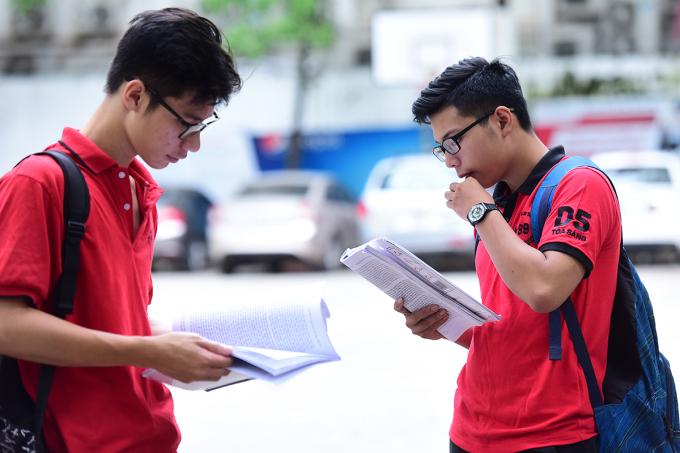 Thí sinh dự thi tốt nghiệp THPT năm 2017 tại Hà Nội. Ảnh: Giang Huy