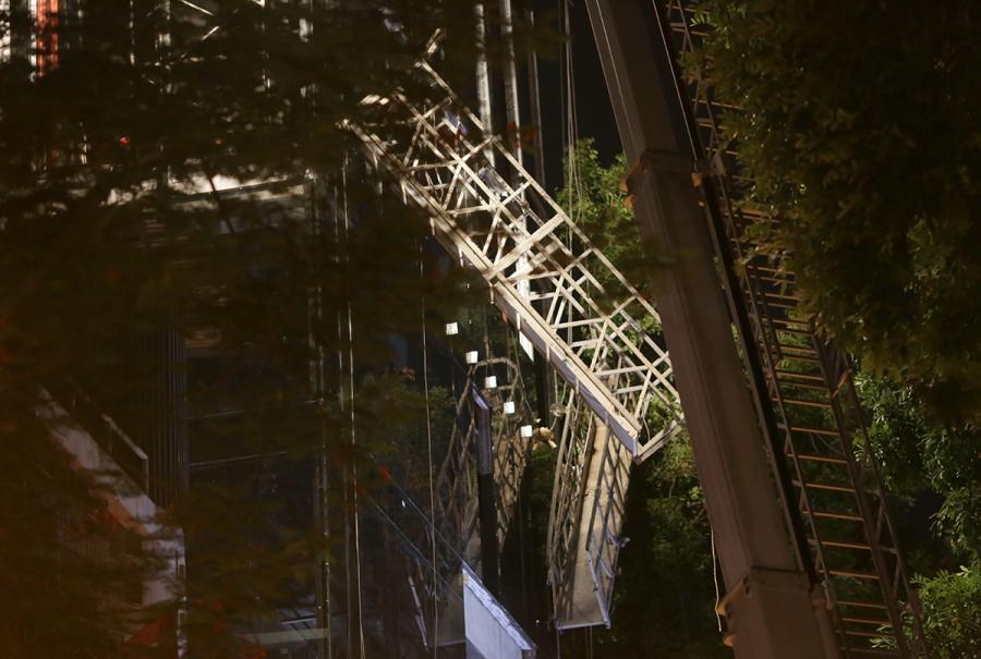 Khởi tố vụ sập thang lắp kính khiến 4 người chết