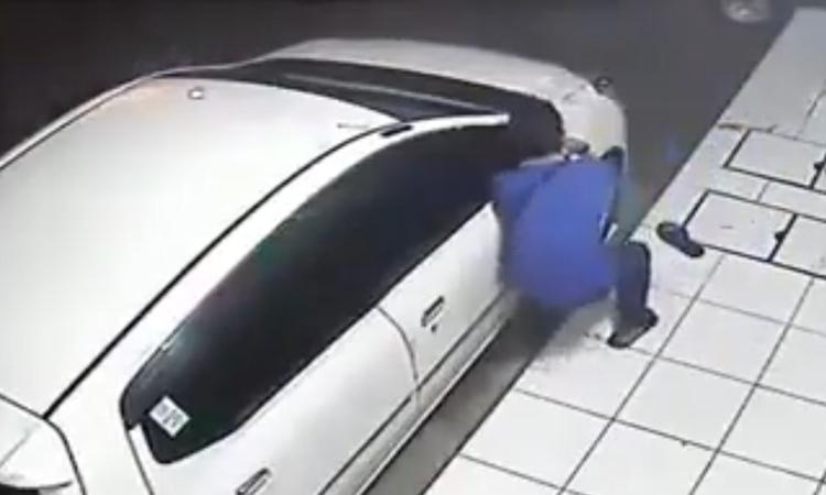 Tên trộm bẽ mặt vì kính ôtô 'cứng đầu'