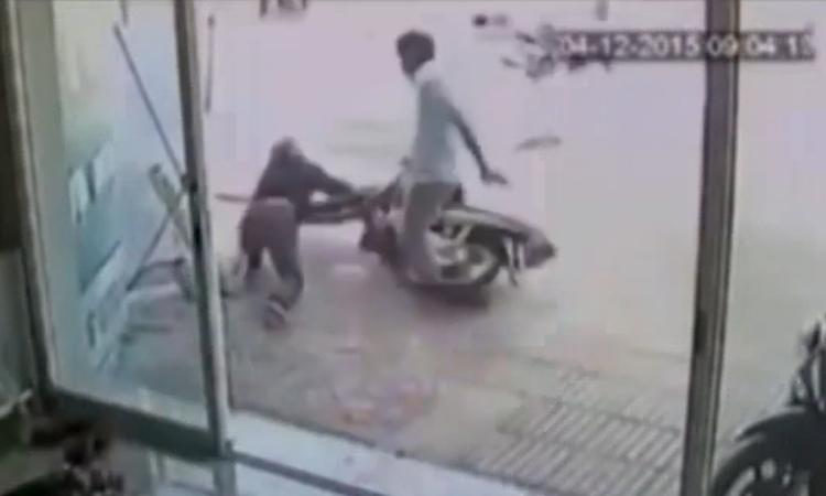 Chủ nhà tung cước hạ tên trộm xe máy