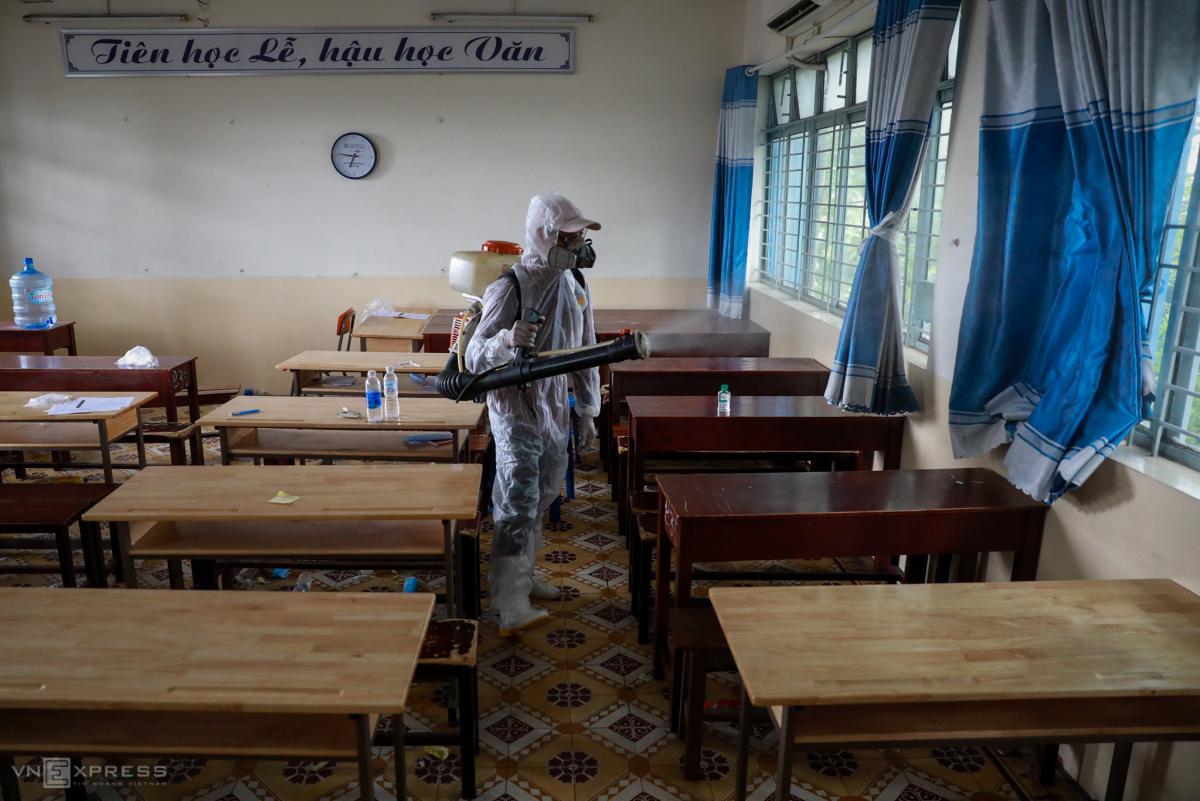 Trường ở Sài Gòn khử khuẩn trước kỳ thi tốt nghiệp