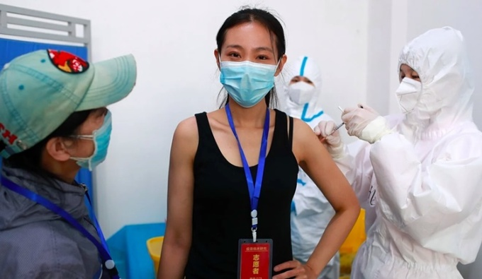 Tình nguyện viên tiêm thử vaccine tại Trung Quốc. Ảnh: DPA.