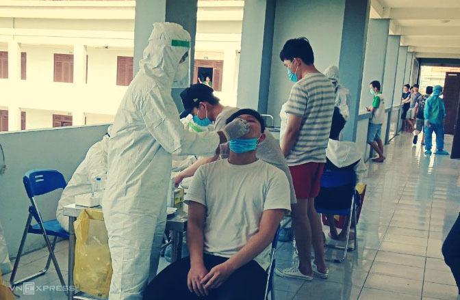 Nhân viên y tế Quảng Nam lấy mẫu xét nghiệm trong khu cách ly tập trung. Ảnh: Đắc Thành.