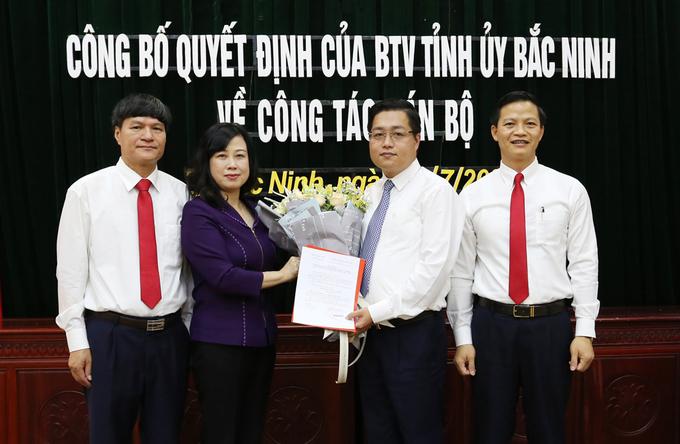 Ông Nguyễn Nhân Chinh (thứ hai từ phải qua) nhận quyết định điều động làm Bí thư Thành ủy Bắc Ninh. Ảnh: Tỉnh đoàn Bắc Ninh
