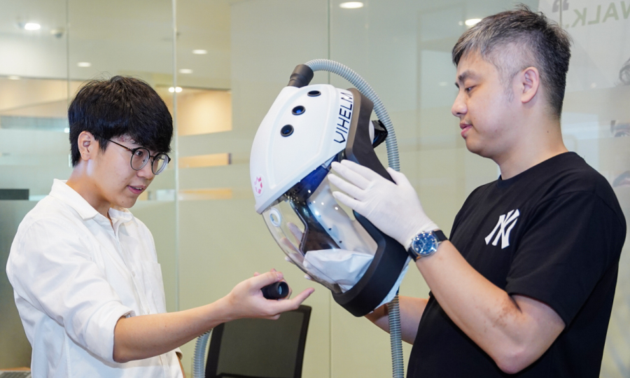 Học sinh Việt sáng chế mũ ngăn nCoV