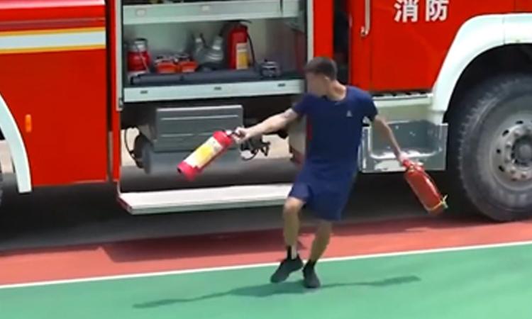 Lính cứu hỏa phấn khích vì đứng đầu lớp đào tạo