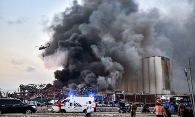 Lực lượng cứu hộ tại hiện trường vụ nổ hôm 4/8. Ảnh: AFP.