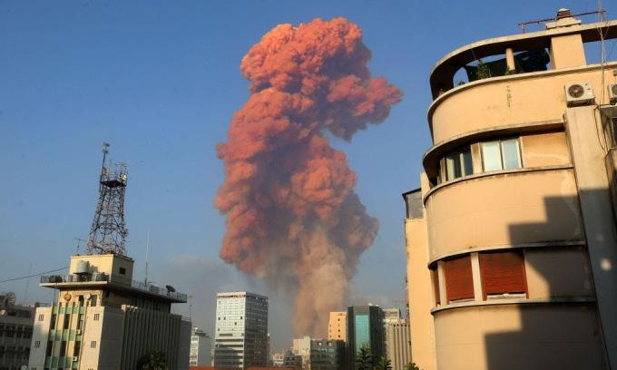 Cột khói nâu đỏ bốc lên sau vụ nổ tại Beirut chiều 4/8. Ảnh: AFP.