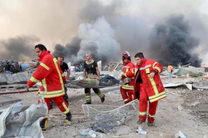 Lính cứu hoả di chuyển một người bị thương sau vụ nổ ở cảng Beirut hôm 4/8. Ảnh: Reuters