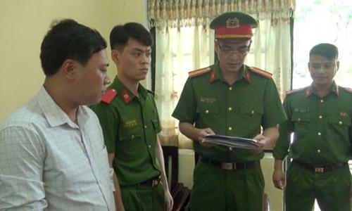 Cơ quan điều tra đọc lệnh bắt giam Lê Mai Sáng (áo sáng màu). Ảnh: T. Thanh.