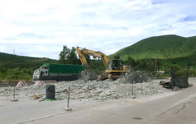 Toàn bộ kết cấu của trạm thu phí hầm Đèo Ngang đã bị phá dỡ vào sáng 5/8. Ảnh: Đức Hùng
