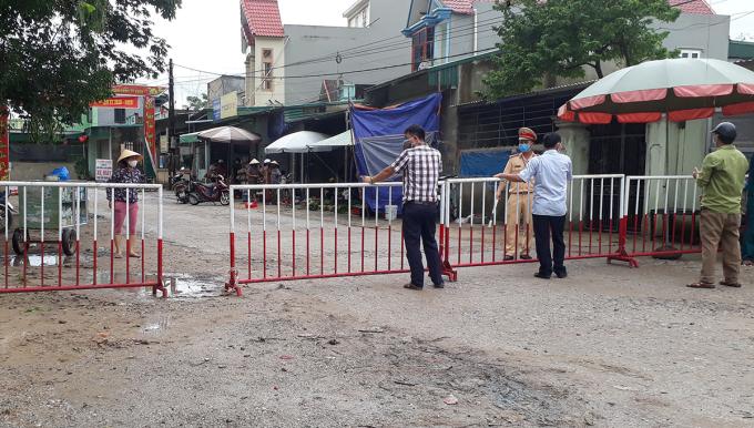 Các con đường dẫn vào khu phố Bắc Nam, phường Quảng Vinh hôm nay bị phong toả, Ảnh: Lê Hoàng.