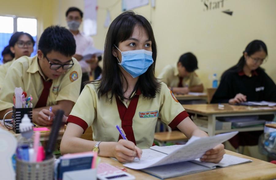 Học sinh Sài Gòn ôn thi tốt nghiệp đến khuya trong Covid-19