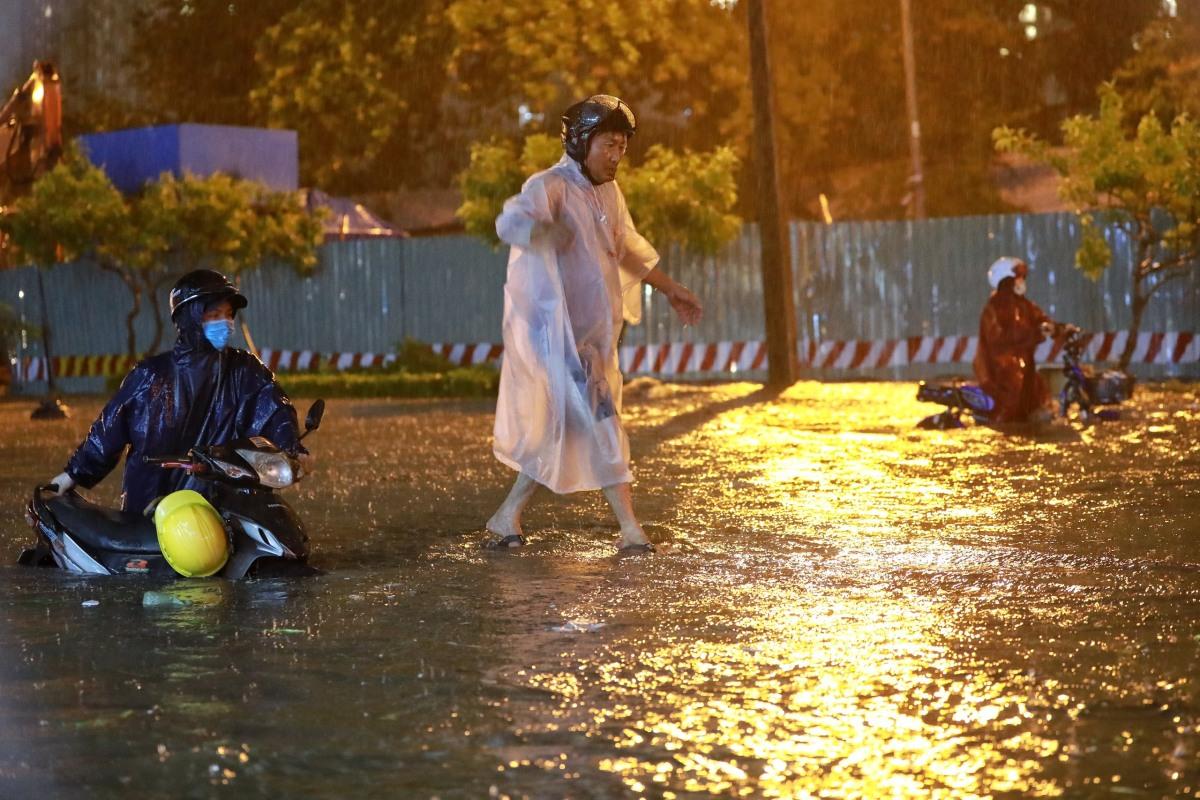 Người dân vật lộn trong mưa lớn ở