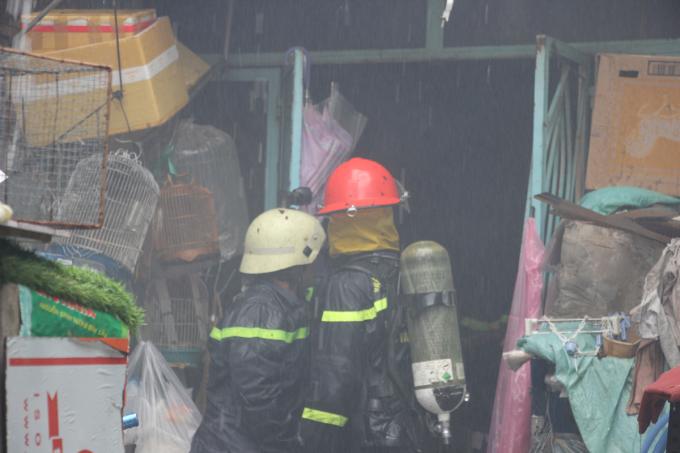 Cảnh sát cứu hỏa có mặt dập tắt đám cháy. Ảnh: CS PCCC TP HCM.