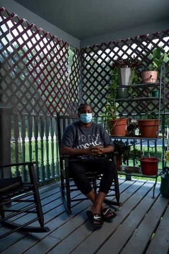 Bà Sandy Oliver trong căn nhà ở Tyler, Alabama. Ảnh: Guardian.
