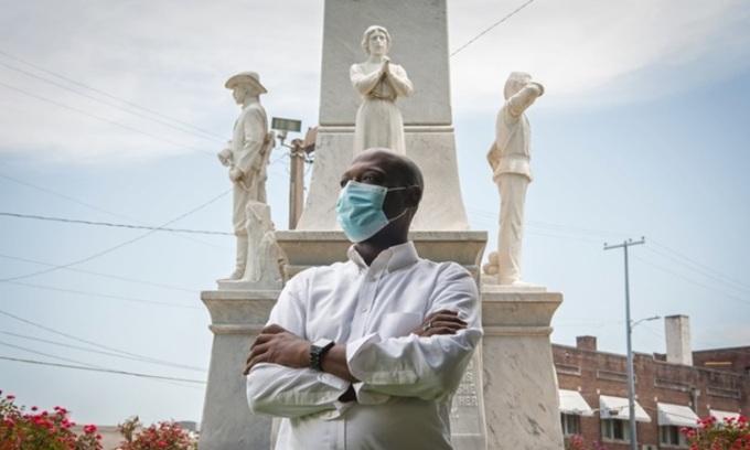 Nhà hoạt động xã hội Tavaris Cross đứng trước bức tượng Liên minh miền Nam bên ngoài tòa án hạt Leflore ở Greenwood, Mississippi. Ảnh: Guardian.