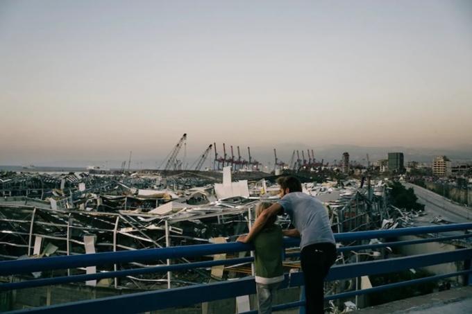 Người dân đứng trên một con đường cao tốc nhìn vào đống đổ nát tại bến cảng Beirut ngày 5/8. Ảnh: Washington Post.