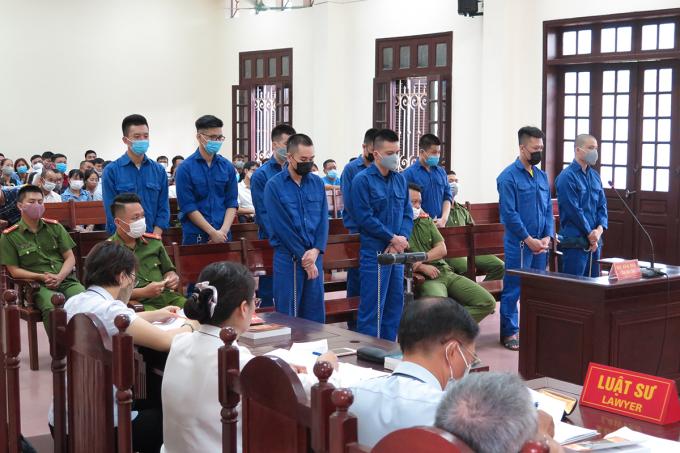 9 công nhân bị cáo buộc trộm cắp tài sản tại công ty LG Display, khu công nghiệp Tràng Duệ, huyện An Dương, Hải Phòng hầu tòa. Ảnh: Giang Chinh