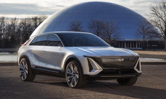 Liriq với các bề mặt phẳng kết hợp đường gờ nổi. Phần đầu xe không có lưới tản nhiệt như thông thường mà bịt kín, bởi không cần làm mát động cơ đốt trong. Ảnh: Cadillac