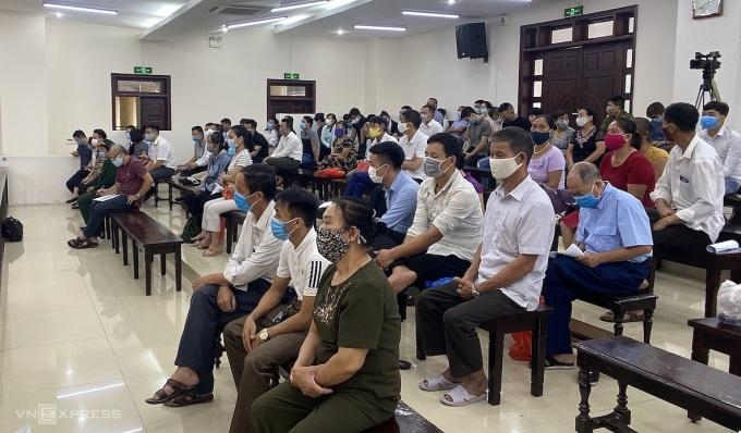Các bị hại trong buổi tuyên án chiều 4/8. Ảnh: Văn Bình