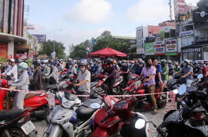 Ngã tư Phan Văn Trị - Nguyễn Oanh sáng 7/8 kẹt xe kéo dài khoảng một km. Ảnh: Đinh Văn.