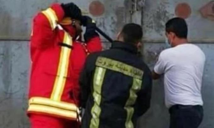 Bức ảnh chụp ba lính cứu hỏa Lebanon cố phá khóa cửa nhà kho số 12 ở cảng Beirut hôm 4/8, ít giây trước vụ nổ kinh hoàng. Ảnh: Herald Sun.