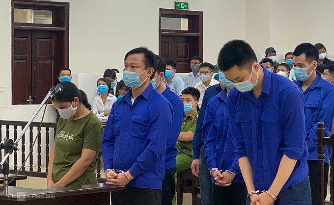 văn Quang (đứng giữa hàng đầu) và đồng phạm nghe tuyên án chièu 4/8. Ảnh: Văn Bình