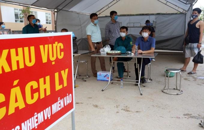 Chốt kiểm soát tại chung cư Tân Việt. Ảnh: Bá Đô
