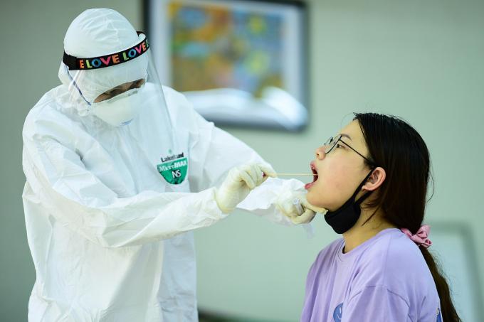 Lấy mẫu xét nghiệm PCR sáng 8/8 tại trường THCS Nguyễn Trãi, quận Ba Đình. Ảnh: Giang Huy.
