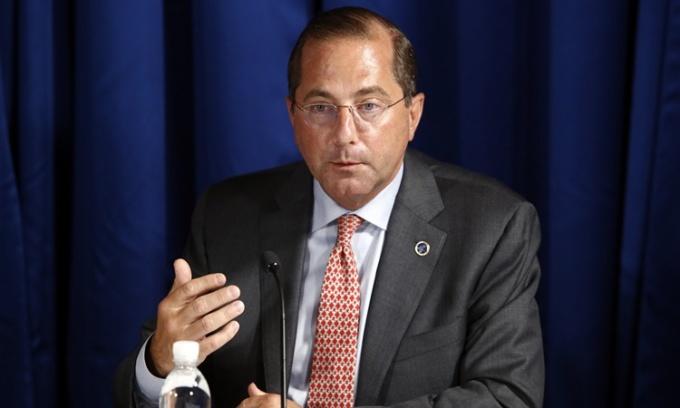 Bộ trưởng Y tế và Dịch vụ Nhân sinh Mỹ Alex Azar tham gia cuộc thảo luận bàn tròn với Tổng thống Donald Trump tại Florida ngày 31/7. Ảnh: AP.