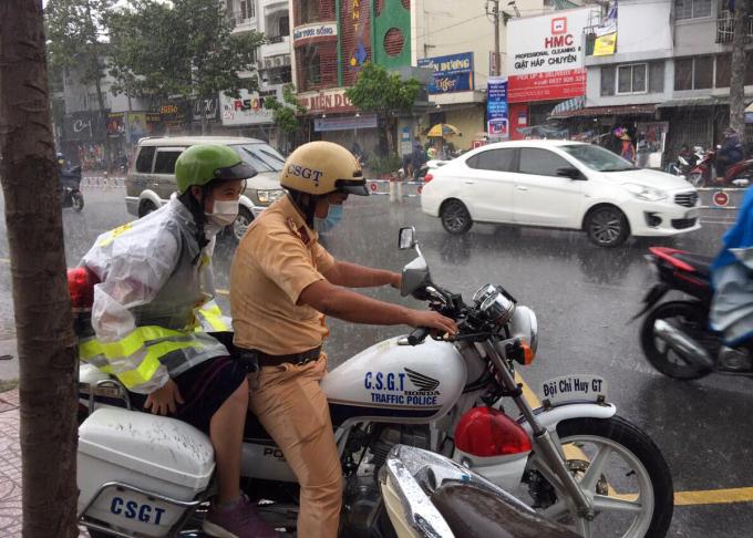 Nữ sinh được CSGT chở đến điểm thi