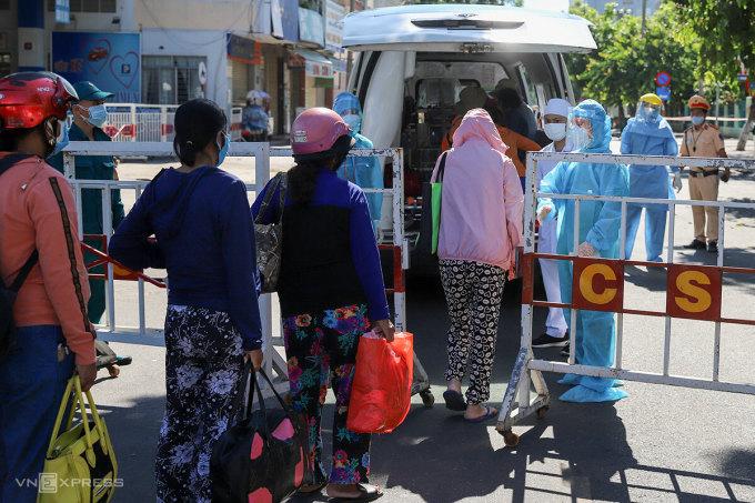 Bệnh nhân chạy thận xếp hàng để được vào bệnh viện điều trị. Ảnh:Nguyễn Đông