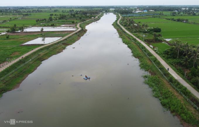 Hồ Kênh Lấp vốn là con kênh đào từ thời Pháp được lấp hai đầu, dài gần 5 km, rộng 40-100 m. Ảnh: Hoàng Nam
