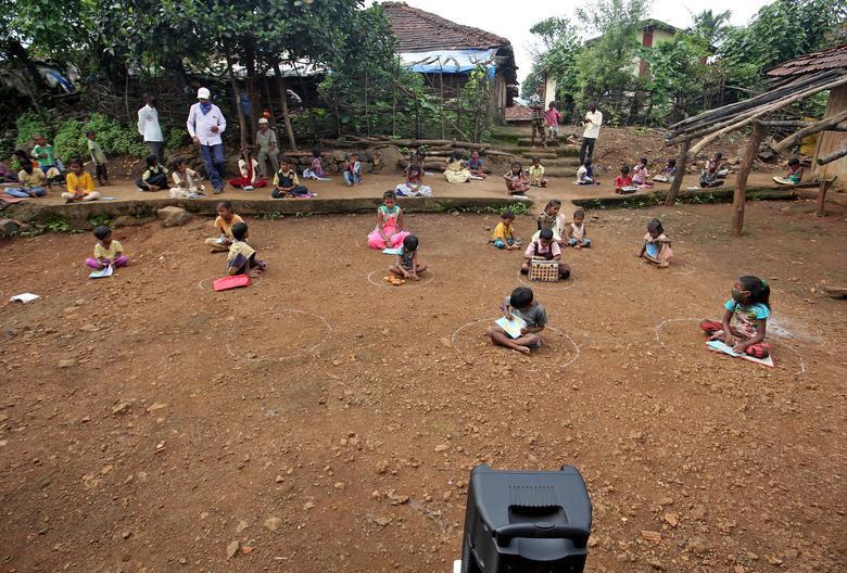 Lớp học bằng loa tại vùng nông thôn Ấn Độ