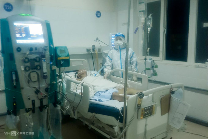 Các y bác sĩ túc trực 24/24 để cứu chữa bệnh nhân nCoV. Ảnh: Đông Phương.