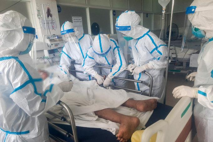 Các nhân viên y tế chăm sóc cho một bệnh nhân tại Bệnh viện Dã chiến Hoà Vang. Ảnh: Đông Phương.