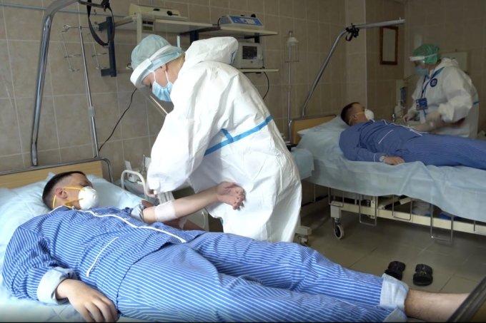 Hình ảnh được Bộ Quốc phòng Nga cung cấp hôm 15/7 cho thấy các nhân viên y tế chuẩn bị lấy máu từ các tình nguyện viên tham gia thử nghiệm vaccine Covid-19 tại Bệnh viện Quân đội Budenko, ngoại  ô thủ đô Moskva. Ảnh: AP