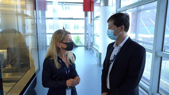 Phóng viên Mỹ Janis Mackey Frayer (trái) phỏng vấn chủ nhiệm phòng thí nghiệm trọng điểm BSL-4 Viên Chí Minh tại Viện Virus học Vũ Hán ngày 7/8. Ảnh: NBC.